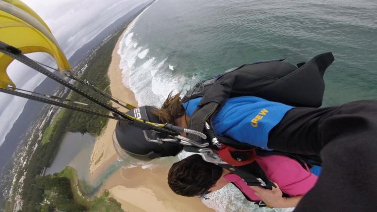 photo skydiving beach below